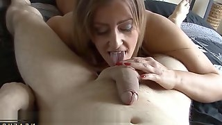 Very flirtatious mom does super hotness massage handjob