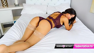 Sexy Model Toni Whirl Moulding Twit Show