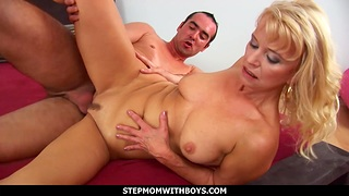 Mature mom Doggystyle Fucked By Her Biyfriend